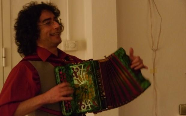 Roberto Lucanero all'organetto per l'inaugurazione della mostra di Paci Dalò