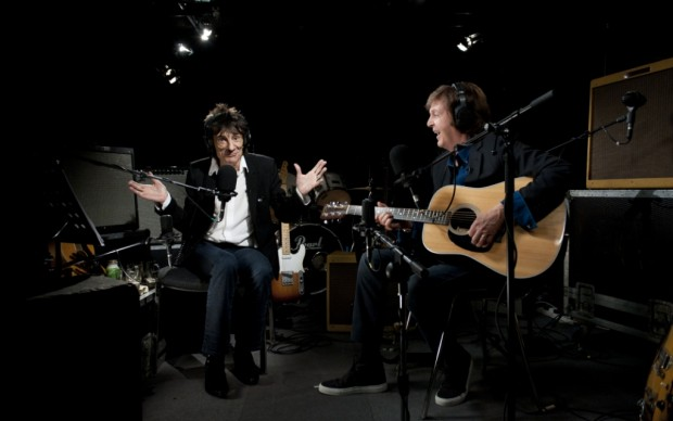 Ronnie Wood scherza con Paul McCartney