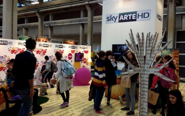 Giovani lettori nello stand di Sky Arte