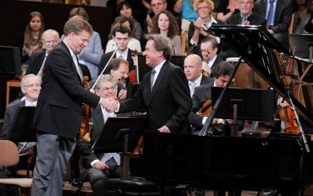 Il saluto tra Buchbinder e il direttore d'orchestra (c) Ali Schafler