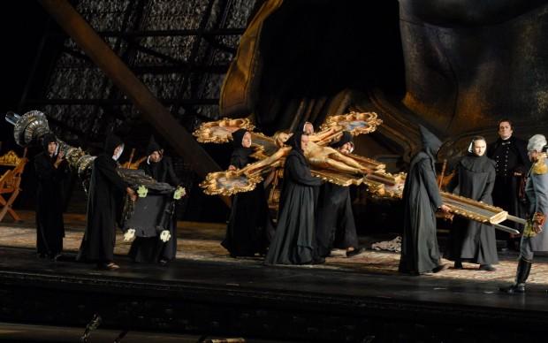 Spettacolare processione per la Tosca all'Arena di Verona