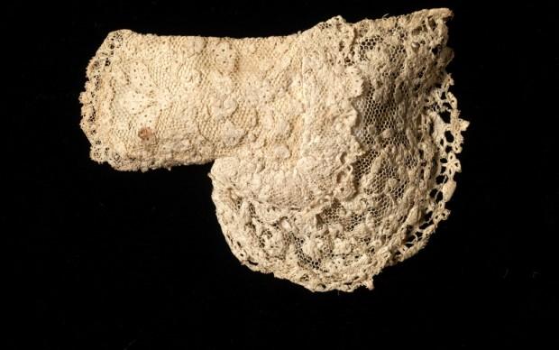 Colletto in lana ricamata indossato dal futuro Giorgio III nel 1738 © Museum of London