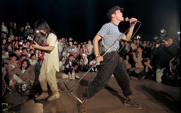 Liu Heung Shing - Giovani rockers cinesi suonano per gli studenti e i lavoratori che occupano a Pechino piazza Tienanmen, maggio 1989 © St. Moritz Art Masters 2013