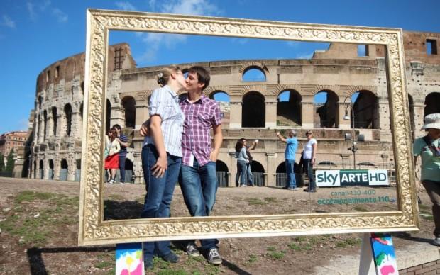 Un bacio davanti al Colosseo
