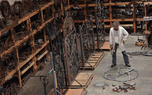 Bob Dylan lavora a una scultura, settembre 2013 - foto John Shearer