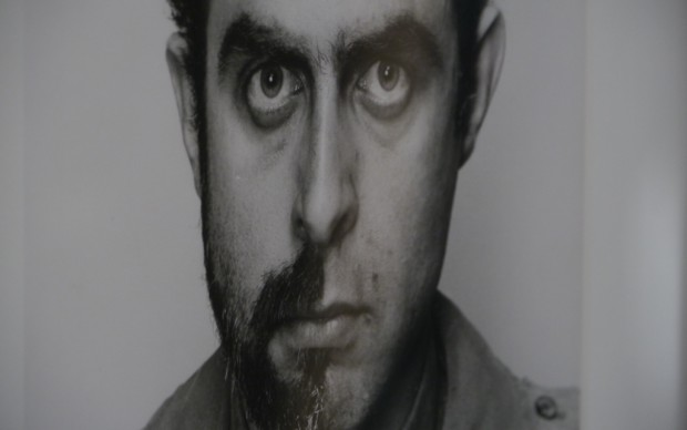 Un giovane Francesco Bonami in stile Duchamp