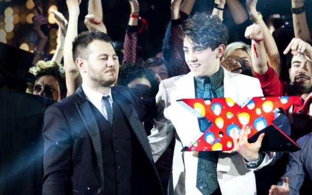 Michele Bravi premiato a X-Factor con il trofeo firmato Lodola