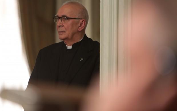 Frank Langella interpreta padre Tucker, il confessore di Ranieri di Monaco