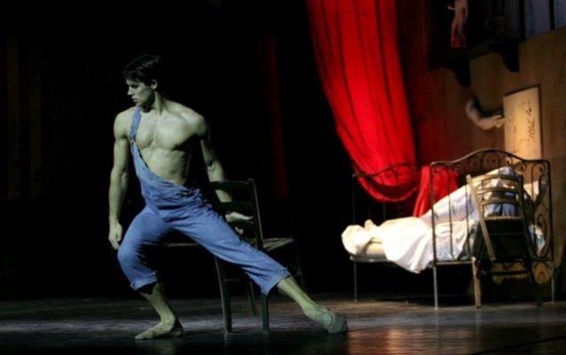 """Roberto Bolle in """"Le jeune homme et la mort di Roland Petit"""". photo Marco Brescia, Teatro alla Scala"""