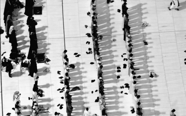 Ammar Abd Rabbo, People praying [...] - Fotografia, 2008 © Ammar Abd Rabbo