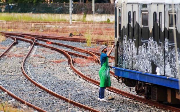 Philippe Baudelocque lavora sui vagoni del treno Roma-Lido - foto Francesco Fioramonti