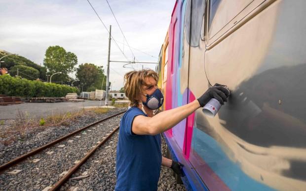 Seth lavora sui vagoni del treno Roma-Lido - foto Francesco Fioramonti