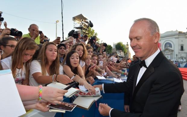 Michael Keaton firma autografi sul red carpet a Venezia - © La Biennale di Venezia