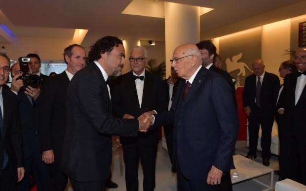 Giorgio Napolitano saluta Alejandro González Iñárritu - © La Biennale di Venezia