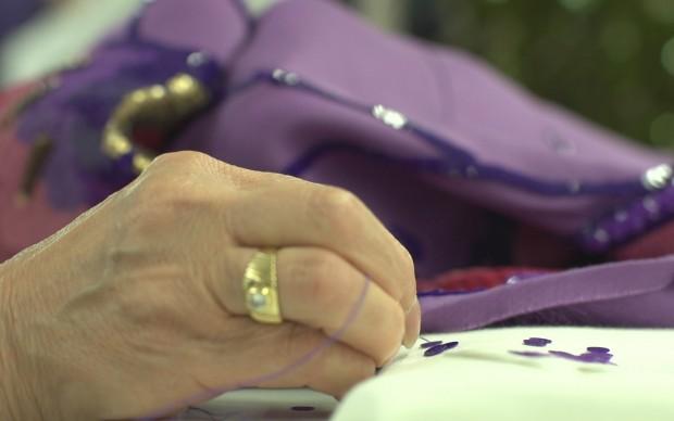 Una sarta al lavoro nell'atelier di Alberta Ferretti