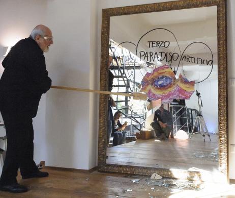 Pistoletto rompe lo specchio di Casa Bertallot