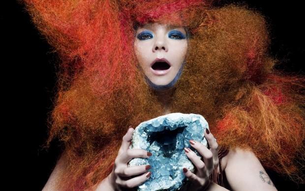 Inaugura proprio oggi al MoMA di New York la retrospettiva dedicata alla compositrice, cantante e musicista islandese per festeggiare i vent'anni di carriera. La mostra, che occupa due piani del  prestigioso museo, riflette la vulcanica personalità di Björk e la sua tendenza alla commistione di generi. Suono, performance, design e strumentazione high-tech coesistono nell'approccio sperimentale dell'artista, facendo di lei un'icona anticipatrice di tendenze. Ai suoi illustri collaboratori, da Chris Cunningham per i video ad Alexander McQueen per i costumi, si è aggiunto anche lo stesso MoMA, che ha commissionato all'artista una delle installazioni sonore presenti in mostra e ispirata al nuovo album.