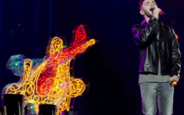 Lorenzo Fragola si esibisce sul palco di X-Factor con scenografie di Lodola