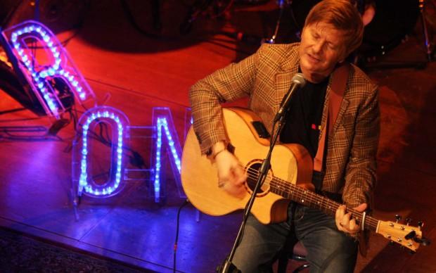 Ron sul palco illuminato da Marco Lodola