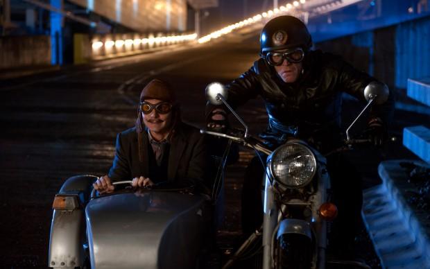 Johnny Depp (a sinistra) nel film Mortdecai