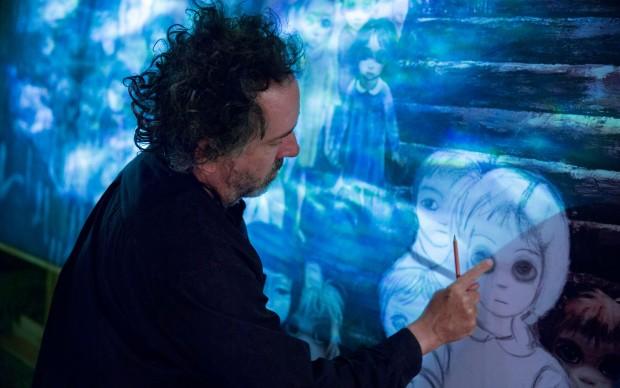 Tim Burton sul set del film Big Eyes, in veste di artista visivo