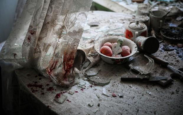 Sergei Ilnitsky/European Pressphoto Agency, Una tavola ancora apparecchiata, abbandonata dopo un attacco di mortaio a Donetsk, in Ucraina