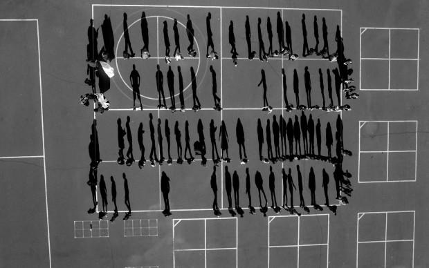 Tomas van Houtryve/VII per Harper's Magazine, Ripresa da un drone in volo di un gruppo di studenti nel cortile di una scuola in California