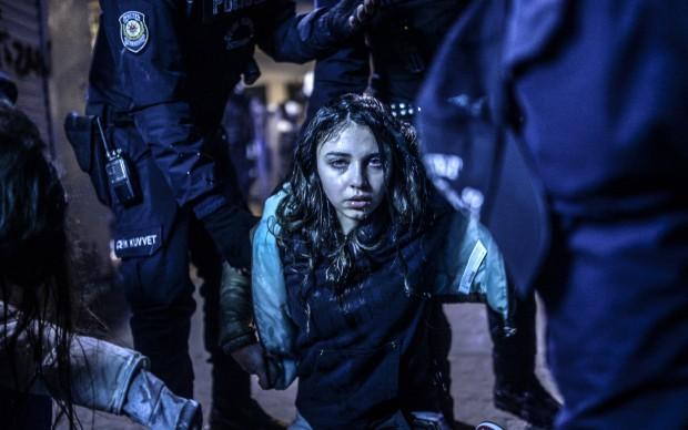Bulent Kilic/Agence France-Presse, Ragazza ferita durante gli scontri tra polizia e manifestanti a seguito dei funerali di Berkin Elvan a Instanbul, Turchia, il 12 marzo 2014
