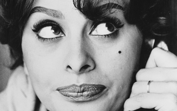 Sophia Loren al telefono con la madre, 1959