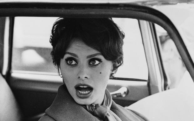 Sophia Loren sorpresa mentre fa shopping, 1959