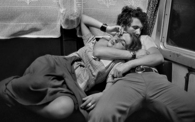 Henri Cartier-Bresson, In treno – Romania, 1975, fotografia in bianco e nero