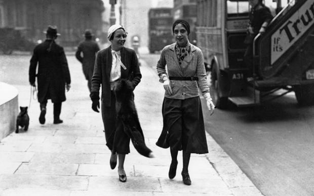 Elsa Schiaparelli a Londra indossa uno dei suoi capi più rivoluzionari: la gonna pantalone.