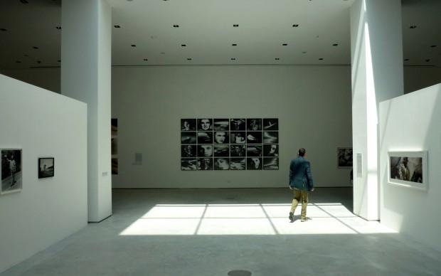Fondazione Fotografia Modena, l'allestimento di una mostra