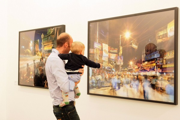 Visitatori a una mostra della Fondazione Fotografia Modena