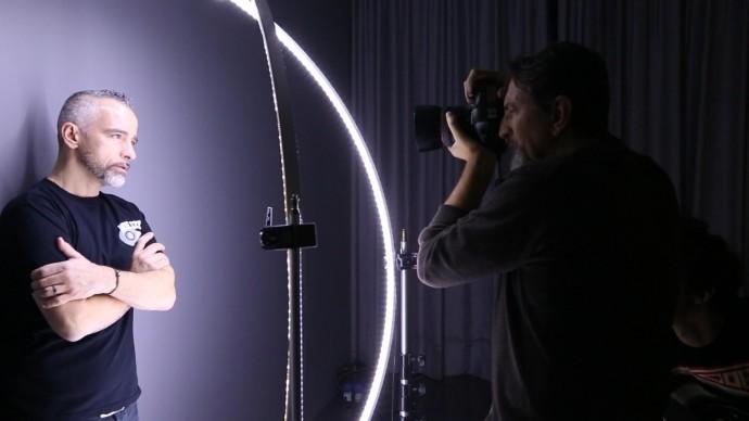 Giovanni Gastel fotografa Eros Ramazzotti sul set fotografico del progetto 'Le 100 facce della musica italiana'