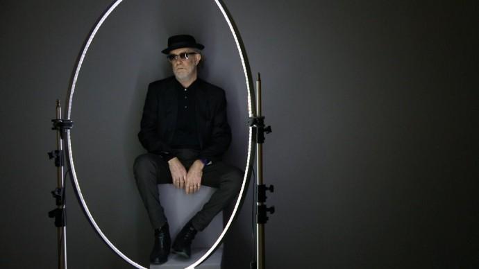 Giovanni Gastel fotografa Francesco De Gregori sul set fotografico del progetto 'Le 100 facce della musica italiana'