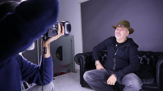 Giovanni Gastel fotografa Vasco Rossi sul set fotografico del progetto 'Le 100 facce della musica italiana'