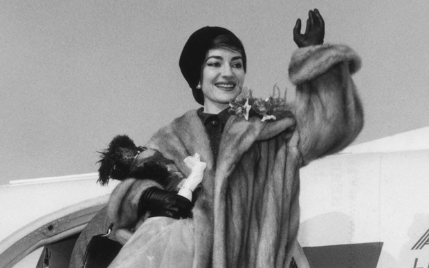 Maria Callas nel gennaio del 1958 all'Aeroporto di Milano-Malpensa (Photo by AFP/Getty Images)