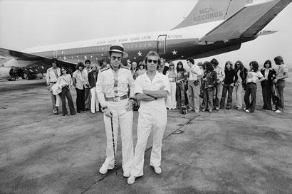 Terry O'Neill, Elton John e il suo jet privato per il tour del 1974 all'aeroporto di Los Angeles, 1974