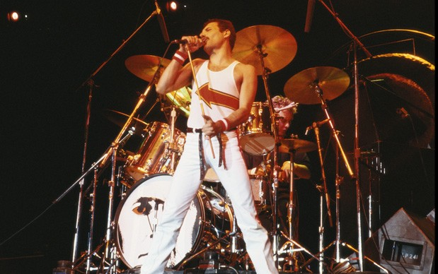 Freddie Mercury  live al National Bowl di Milton Keynes, in Inghilterra, nel giugno del 1982 (Photo by Fox Photos/Hulton Archive/Getty Images)
