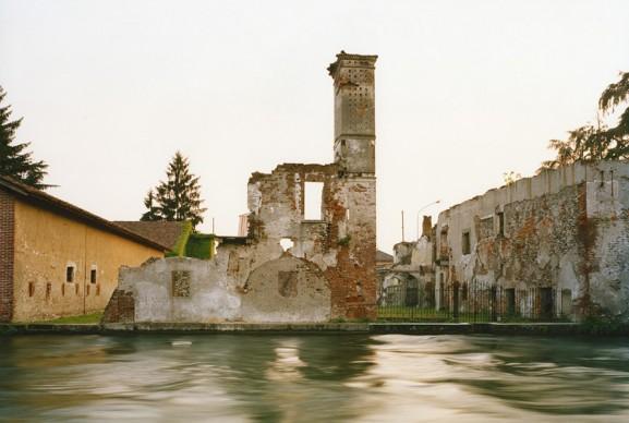 Olivo Barbieri, Turbigo, resti della vecchia dogana austriaca, 1995. Museo di fotografia contemporanea, Archivio dello Spazio