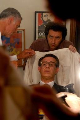 Prova trucco di Tony Servillo, alle spalle Paolo Sorrentino. Foto di Gianni Fiorito