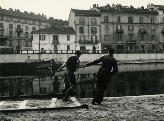 Paolo Monti, Barcaioli sull'alzaia della Darsena di Porta Ticinese, ilano, 1960 circa. Civico archivio fotografico, Archivio Paolo Monti