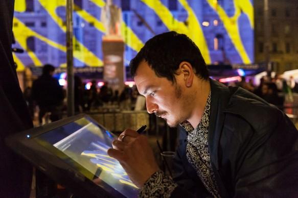 Tony Fiorentino durante la sua performance artistica a Souvenir di Milano 2015. Piazza Affari, Milano, 17 aprile 2015