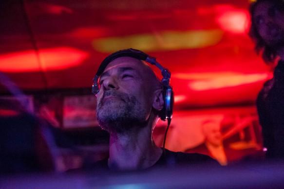 Alessio Bertallot, dj set durante Souvenir di Milano 2015. Piazza Affari, Milano, aprile 2015