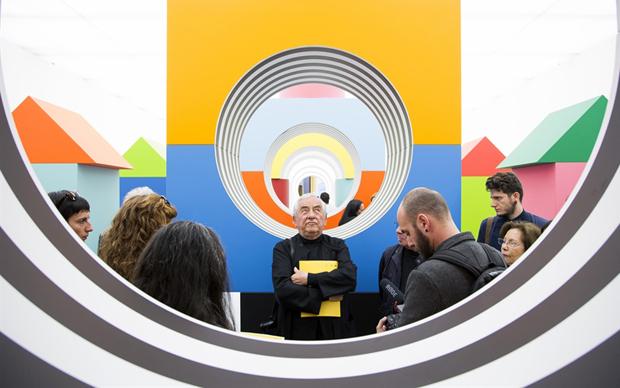 Daniel Buren all'interno della sua installazione Come un gioco per bambini, Museo Madre, Napoli, aprile 2015
