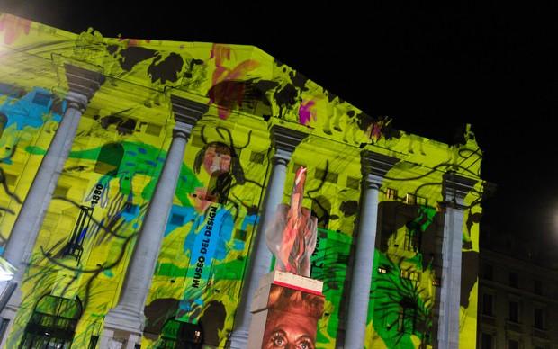 Souvenir di Milano 2015, performance artistica di Silvia Mei. Piazza Affari, Milano, 14 aprile. Foto: Alessandro Gaja