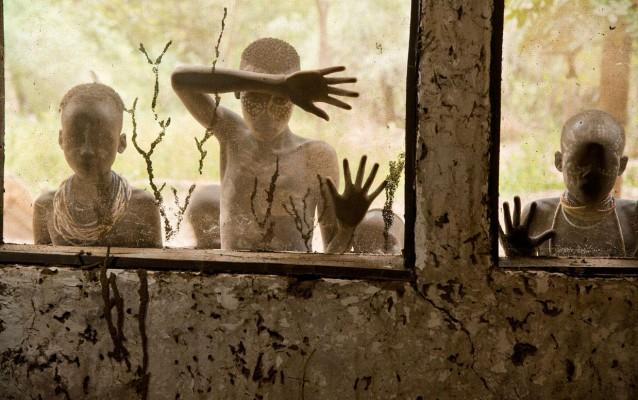 Steve McCurry, Bambini della tribù Kara che guardano attraverso le finestre, Omo Valley, Ethiopia, 2013
