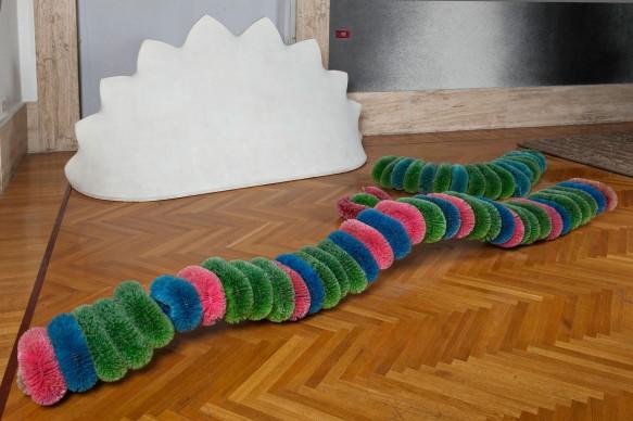 Pino Pascali, Bachi da setola, 1969. Scovoli di materiale acrilico su sostegno di metallo, Dimensioni variabili. Galleria Nazionale d'Arte Moderna, Roma