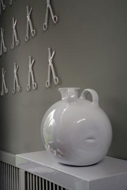 """Marzia Migliora, """"…sono sgusciato dalla tua pienezza senza lasciarti vuota perchè il vuoto l'ho portato con me…"""", 2007. Installazione: ceramica, 48 forbici, vaso, mensola, cm 90 x 130 Ed. 2/3. Courtesy: Collezione ACACIA. Credito fotografico: Riccardo Del Conte"""